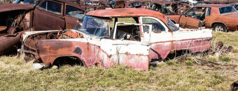 stare zardzewiałe auto na złomowisku